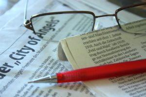 news editore lavoro occhiali matita giornali